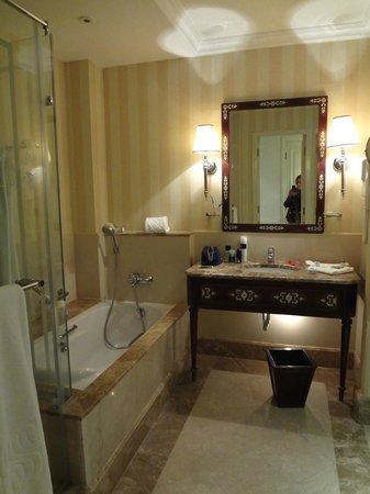 Sonesta Hotel, Tower & Casino Cairo: bagno molto elegante pulitissimo