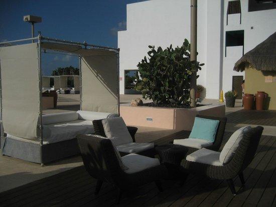 Club Med Cancun Yucatan: Area in front of beach bar - Las Velas
