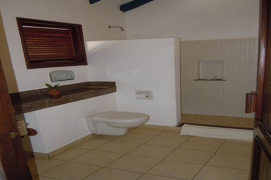 Pinewood Beach Resort & Spa: The room bathroom