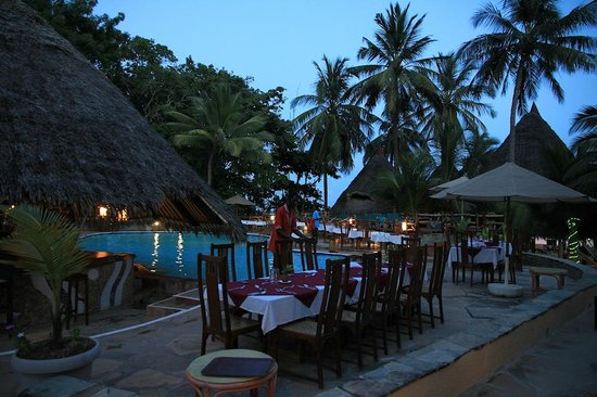 Pinewood Beach Resort & Spa : Dinner on the pool side