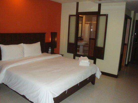 Poppa Palace Hotel Phuket: Ventana al baño