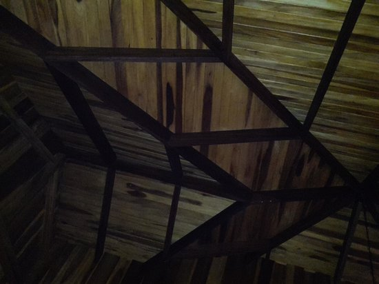 Hotel Lomas del Volcan: bungalow ceiling