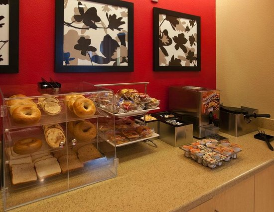 TownePlace Suites Nashville Airport: Breakfast Area