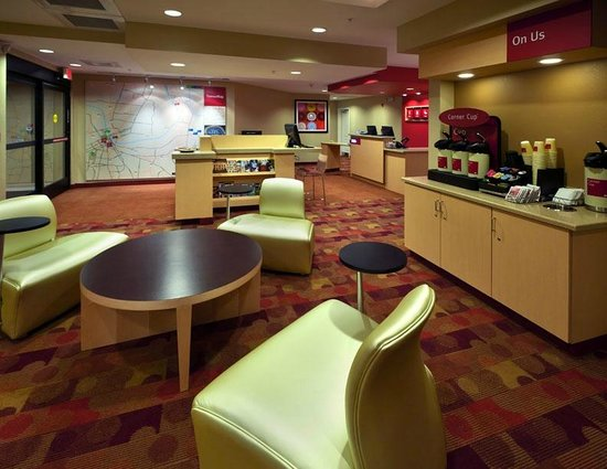 TownePlace Suites Nashville Airport: Lobby/Dining Area