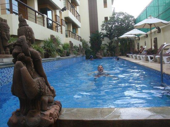 Poppa Palace Hotel Phuket: La pileta del hotel