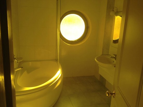 Alexandra Hotel Malta: Bathroom