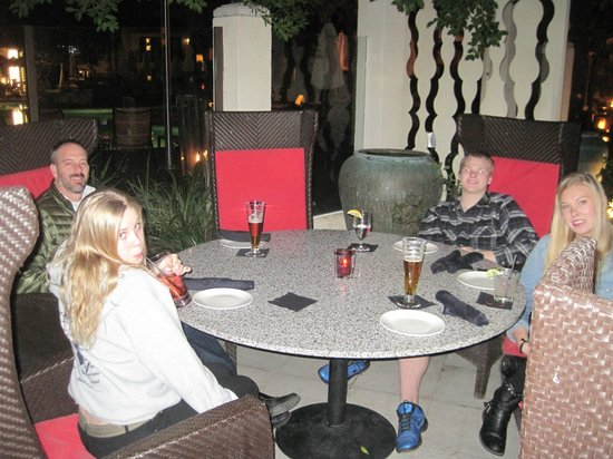 The Riviera Palm Springs, A Tribute Portfolio Resort: Dinner outside at SideBar