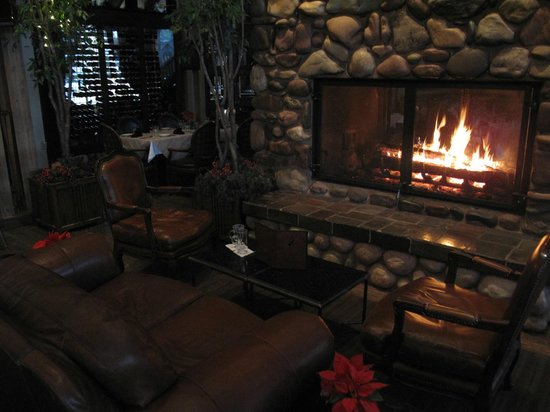 Grouse Mountain Lodge: cozy bar fireplace