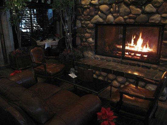 جروس مونتن لودج: cozy bar fireplace 