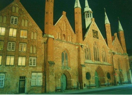 Lübeck, Deutschland: Frühgotische Hospital- und Kirchenfront zum Koberg