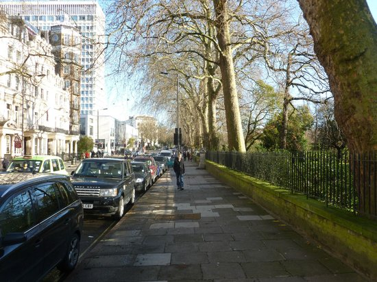 Royal Lancaster London: Hotel on left, Hyde Park across the street..