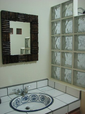Buena Onda Beach Resort: Our Bathroom in the Asia Room