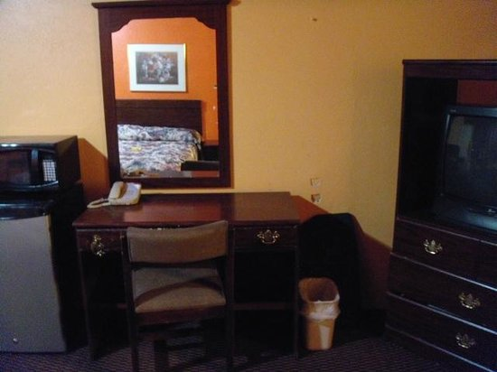 Trade Winds Inn: Desk area with holes