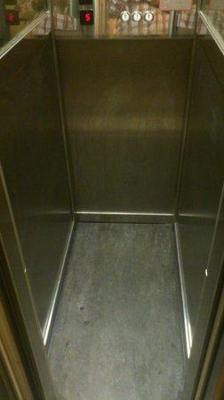 Anfiteatro Flavio: Mini ascensor del hotel