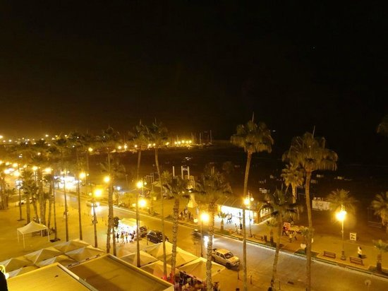 Les Palmiers Beach Hotel: view at night