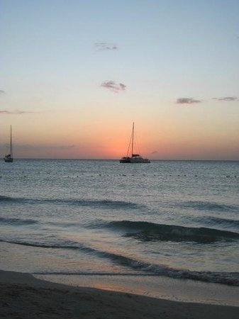 Seven Mile Beach : Sailboat at sunset on 7-Mile beach