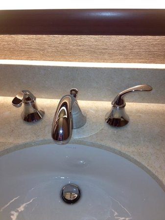 Sheraton Dallas Hotel: Faucets at rest. Starting a new fad?