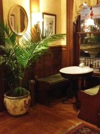Union Gables Mansion Inn: A little nook off entrance. A great little spot for breakfast.