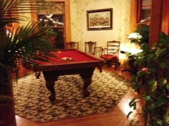 Union Gables Mansion Inn: Looking into parlor room with pool table.