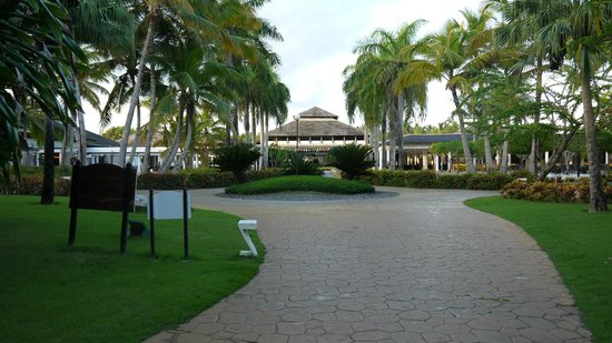 Catalonia Bavaro Beach, Casino & Golf Resort: La réception vue des jardins