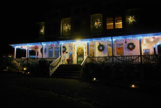 Taylor House Inn: Decked out for Christmas, felt like stepping into a Christmas card!