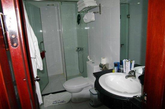 Hanoi Holiday Diamond Hotel: Salle de bain avec peignoirs