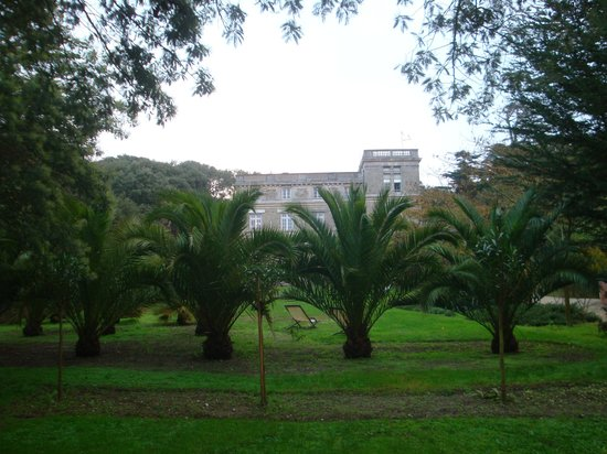 Chateau du Pelave : Vue sur l'hôtel du fond du parc
