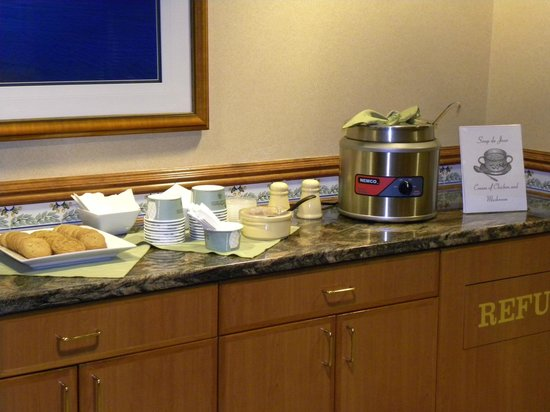 Olympic Lodge: Complimentary soup and cookies