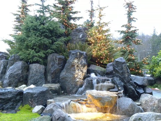 Olympic Lodge: Pretty waterfall/fountain