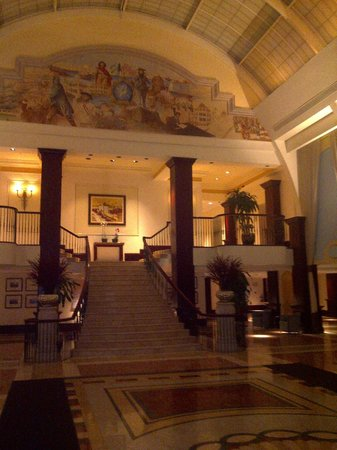 British Colonial Hilton Nassau: Colonial Lobby and Wallpaintings