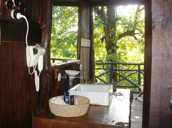Bathroom picture of pugdundee safaris tree house hideaway bandhavgarh national park tripadvisor - Tree house bathroom ...