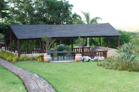 Cuckoo Ridge Bed & Breakfast: Lapa near the pool