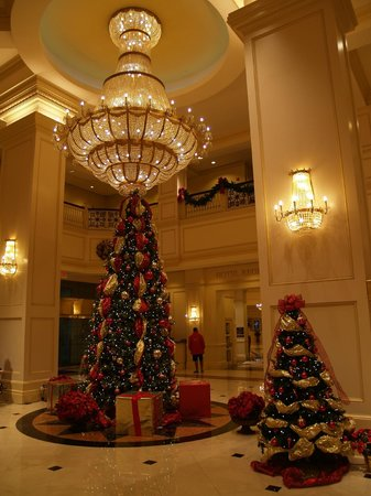 Horseshoe Bossier City: The lobby, decorated for Christmas