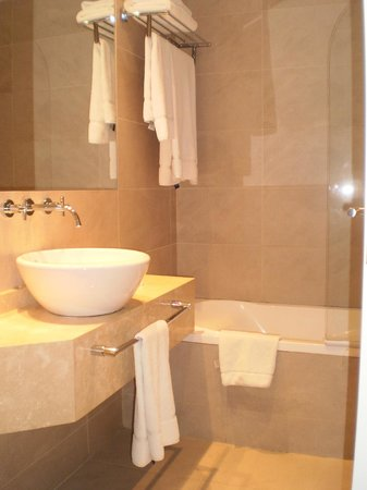 Dazzler Recoleta: Bathroom
