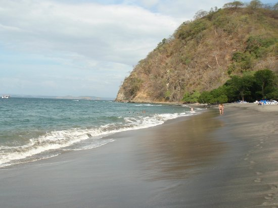 Hotel Riu Guanacaste: beach looking north from resort at in coming tide