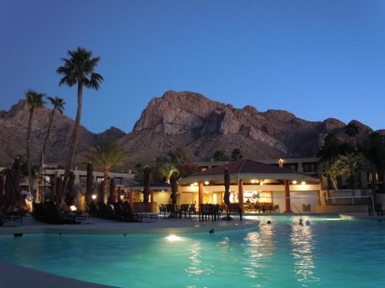 Hilton Tucson El Conquistador Golf & Tennis Resort: Pool area at sunset