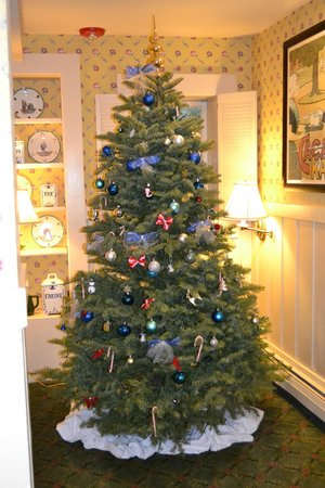 Petite Auberge: Real christmas tree, a delicate touch to the hotel