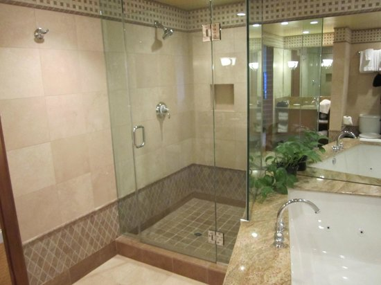 La Valencia Hotel: Bathroom