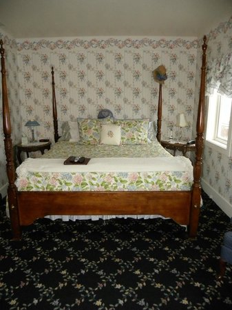 Anchorage Inn Bed and Breakfast: Comfy bed in Discovery room