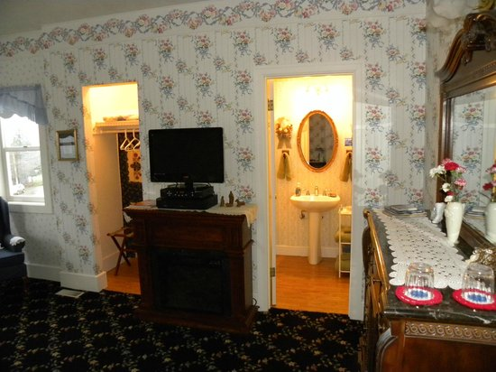 Anchorage Inn Bed and Breakfast: Closet, tv, fireplace, bathroom in Discovery