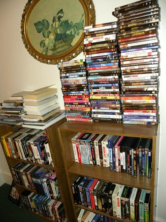 Anchorage Inn Bed and Breakfast: Large selection of movies to borrow