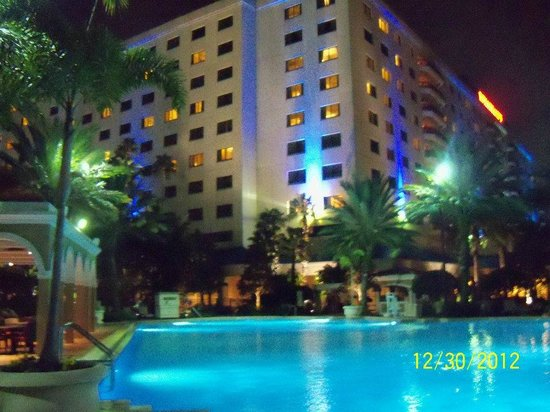 Renaissance Orlando Resort at SeaWorld: Hotel and pool at night