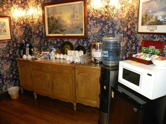 Anchorage Inn Bed and Breakfast: Coffee, tea, water, snacks always offered