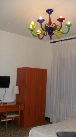 Foresteria Levi: Chambre avec armoire , lustre et télevison