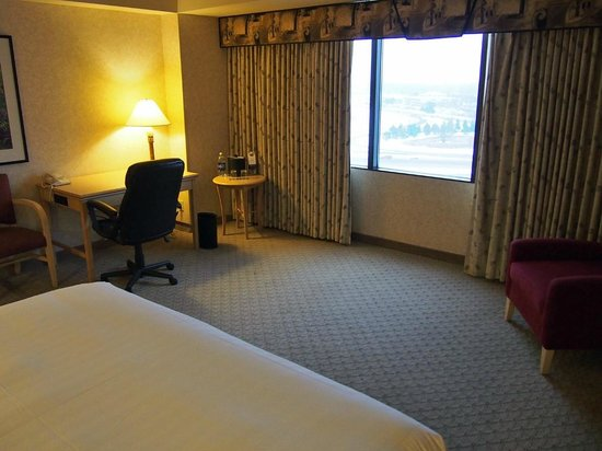 Edward Hotel & Conference Center: Spacious room