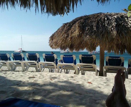 Sandals Montego Bay: Plenty of room at beach