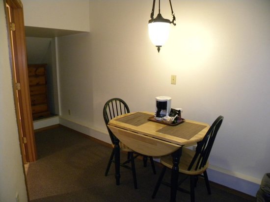 Sunrise Inn Villas And Suites: Small table and chairs in room