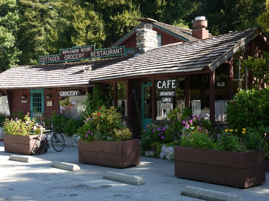 Glen Oaks Big Sur: The restaurant next to the resort