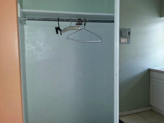 Motel Blu: Closet with 1 sliding door. The other was missing. The mirror was also cracked at the bottom
