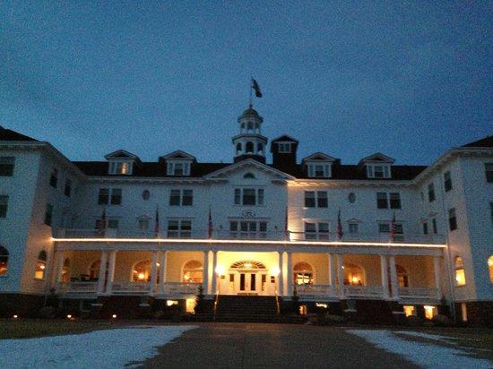 ستانلي هوتل: Front of hotel at sunset 